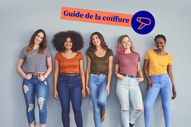 """Jeune coiffeuses adossées à un mur portant la mention """"Guide de la coiffure"""""""